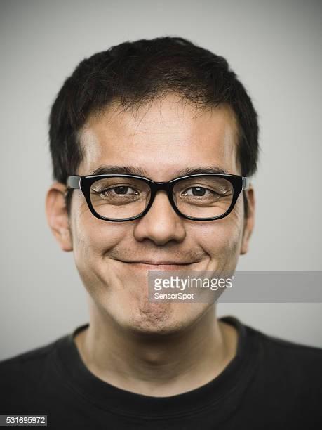 Retrato de um jovem Japonesa homem Olhando para a câmara