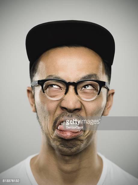 Porträt eines jungen japanischen Mann mit großen Lächeln