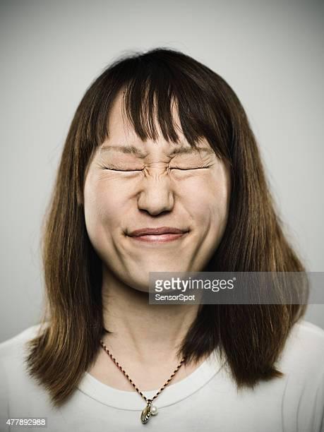 Portrait d'une jeune femme avec les yeux fermés japonais