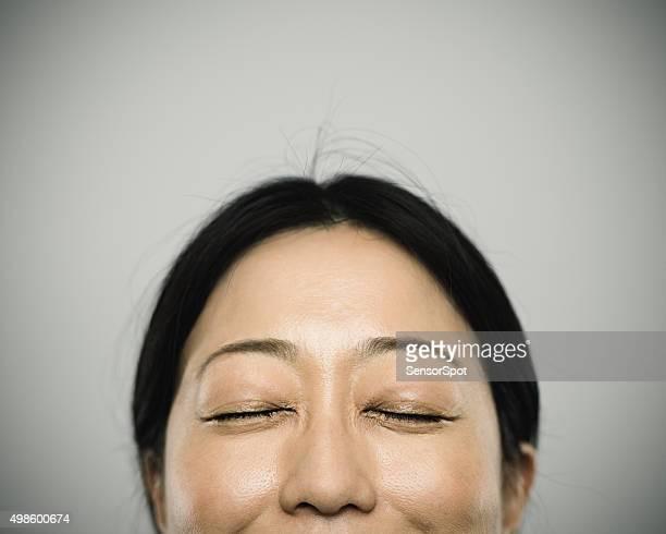 Porträt einer jungen Frau mit glückliches Lächeln japanische