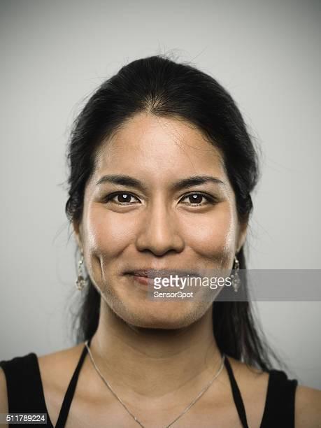 Retrato de uma jovem mulher de raça mista um olhar para um câmara