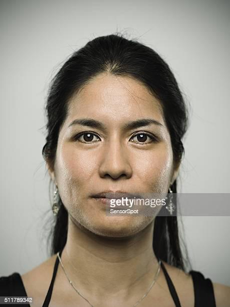 Porträt von ein Junges gemischtes Frau schaut an die Kamera