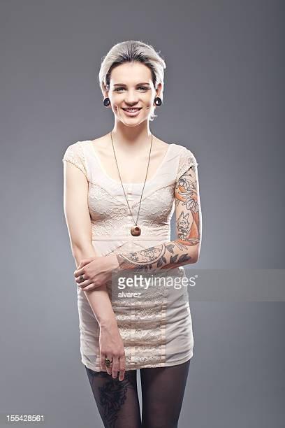 Porträt einer jungen tattooed Frau