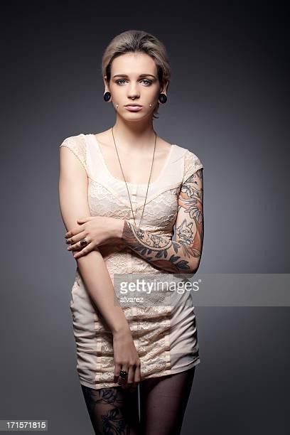 Portrait d'une jeune femme faire tatouer