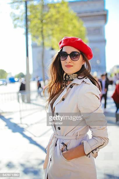 Portrait de jeune femme marche dans Paris touristiques
