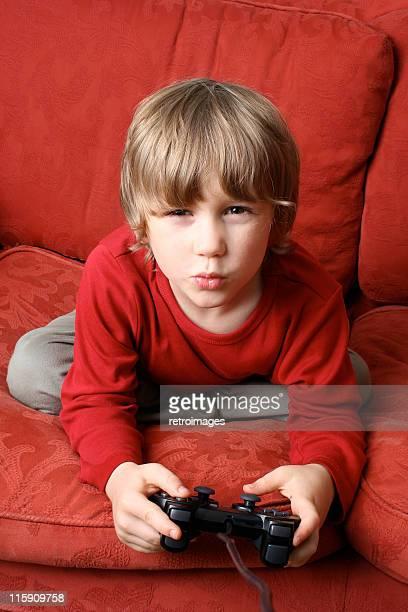 Portrait d'un jeune et une console de jeux vidéo