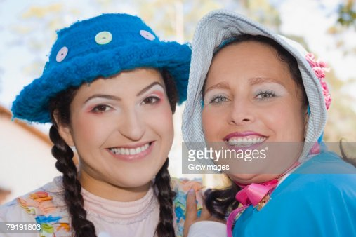 Portrait of a young woman and a mid adult woman smiling : Foto de stock