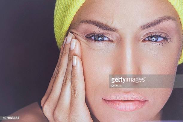 Porträt einer jungen Frau betrachten Ihr Gesicht Haut, das POV