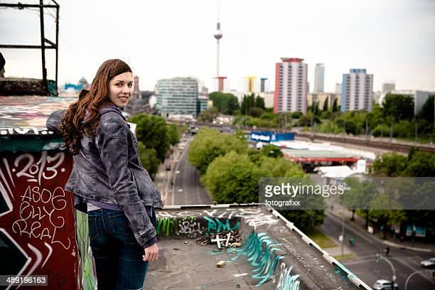Porträt einer jungen Frau auf einem Dach in Berlin