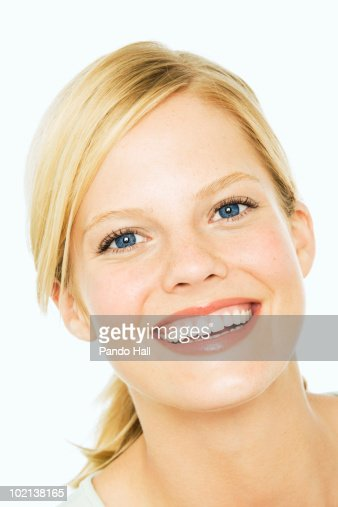 Portrait of a young woman smiling, close-up : Foto de stock
