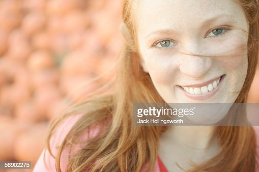 Portrait of a young woman smiling : Stock-Foto
