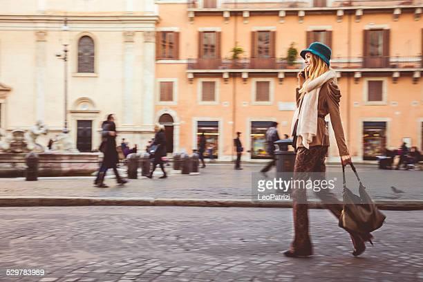 Portrait d'une jeune femme marchant dans la ville
