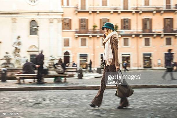 Porträt einer jungen Frau, die zu Fuß in die Stadt