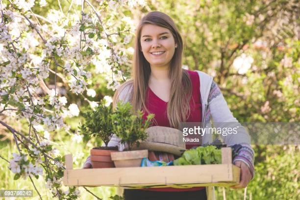 Porträt einer jungen Frau in einem Garten arbeiten