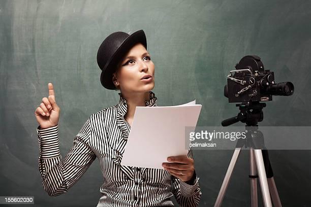 Retrato de leitura do script atrás da câmara Atriz