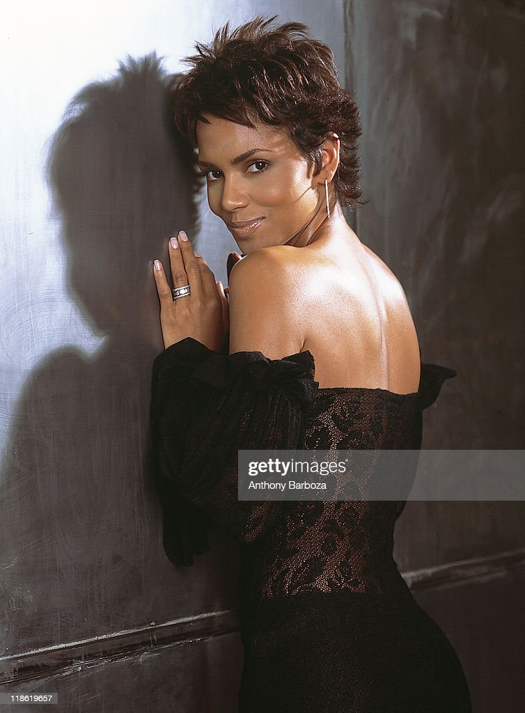 Portrait of African American actress <a gi-track='captionPersonalityLinkClicked' href=/galleries/search?phrase=Halle+Berry&family=editorial&specificpeople=201726 ng-click='$event.stopPropagation()'>Halle Berry</a>, New York, 2001.
