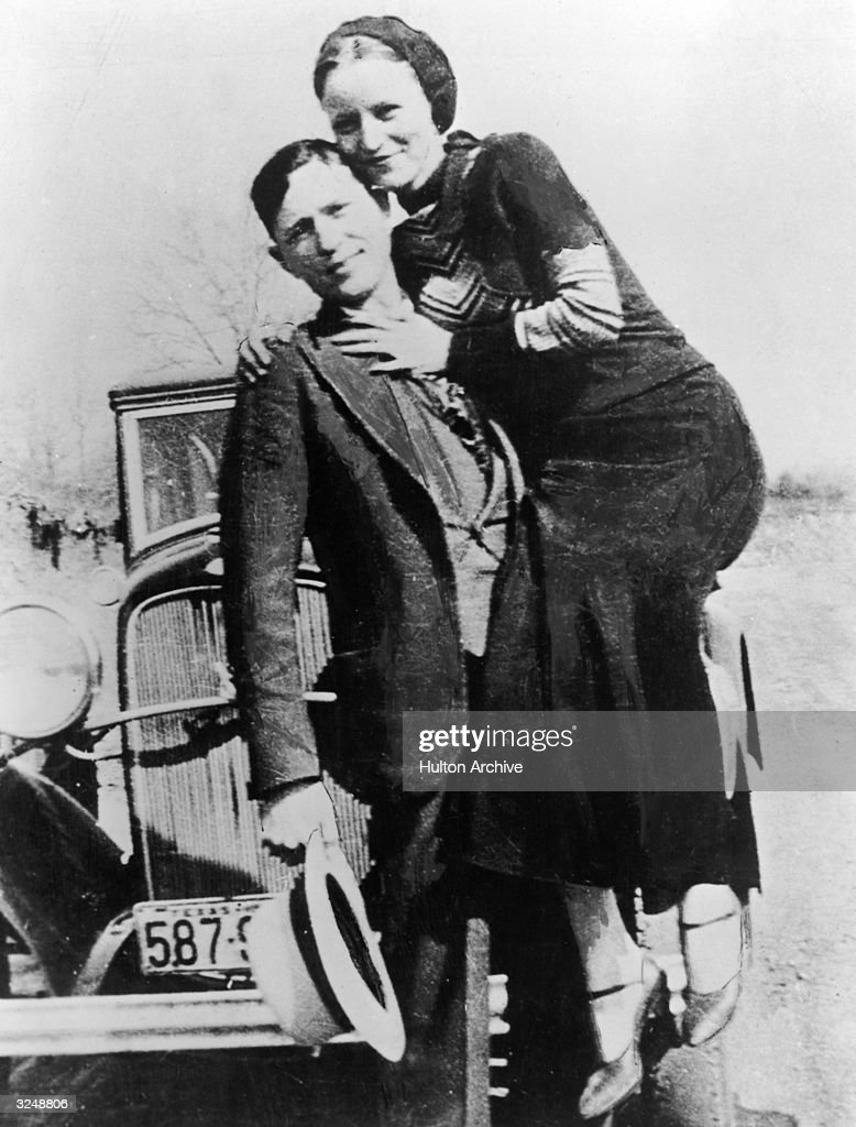 Portrait of American bank robbers and lovers Clyde Barrow (1909 - 1934) and Bonnie Parker (1911 -1934), popularly known as Bonnie and Clyde, circa 1933.