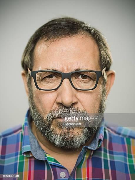 Porträt einer wütenden spanischen Mann mit Brille und BART.