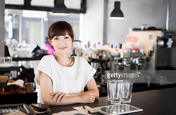 ポートレート、アジアの女性のバーテンダー
