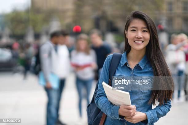 屋外カメラの笑顔を見てアジア学生の肖像画