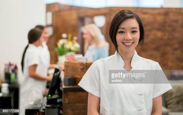 スパで働くアジアの女性の肖像画