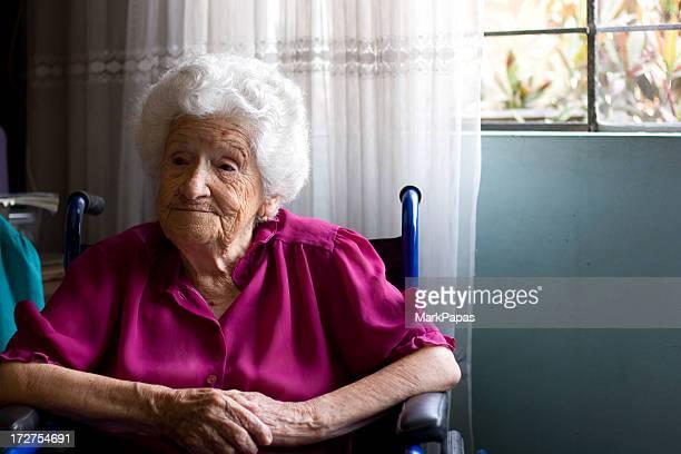 車椅子の老人女性
