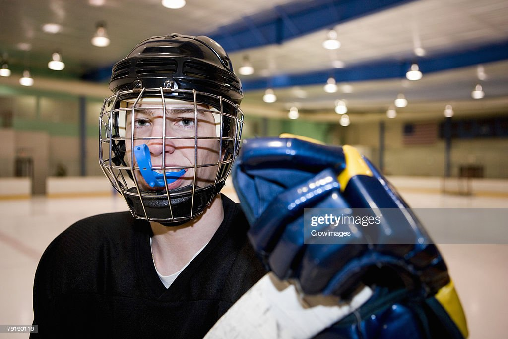 Portrait of an ice hockey player in the ice rink : Foto de stock