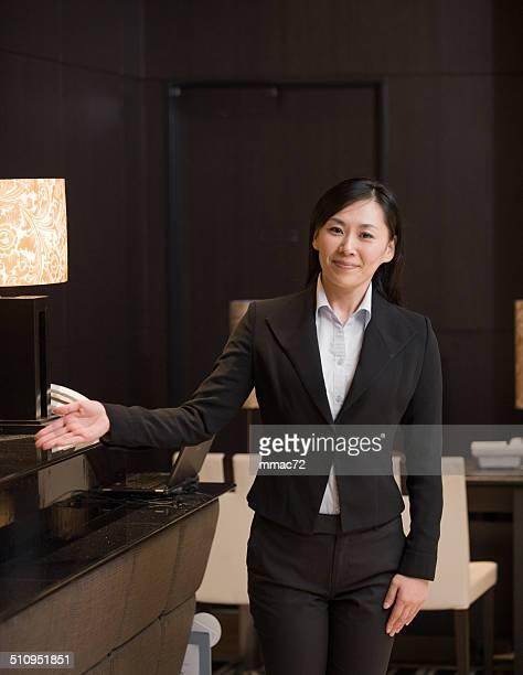 Portrait des asiatiques conciergerie de l'hôtel