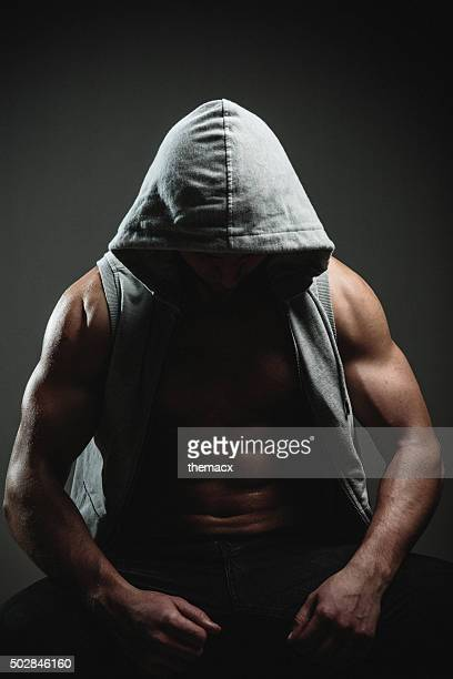 Portrait d'un homme sportif dans une veste à capuche