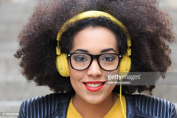 Portrait de Jolie jeune femme avec un casque jaune