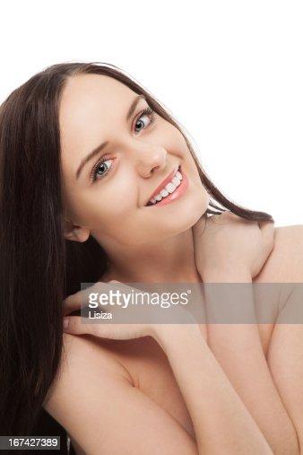 Retrato de bonito brunette sorridente Menina segurando as mãos sobre o : Foto de stock
