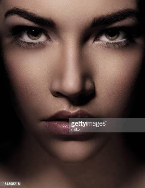 Porträt der schönen Frau mit grünen Augen