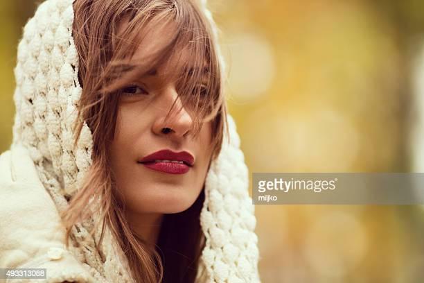 Portrait de Belle femme, profitez de l'écharpe