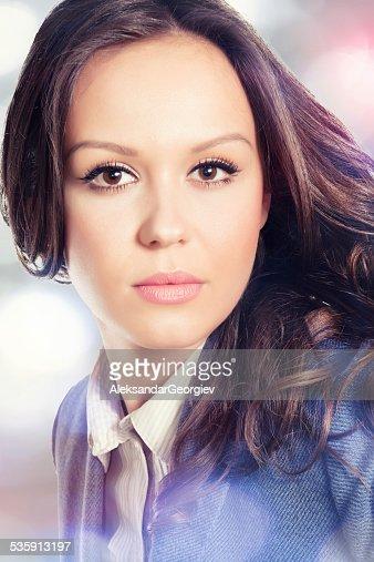 Retrato da bela jovem e elegante mulher Olhando para a câmara : Foto de stock