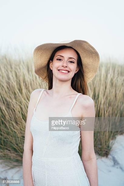 Portrait de la belle jeune femme sur la plage au coucher du soleil