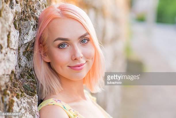 Porträt von Blonde Frau im gelben Kleid im Freien