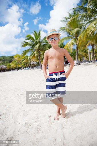 Portrait of boy (4-5) in sunglasses on beach : Stock-Foto