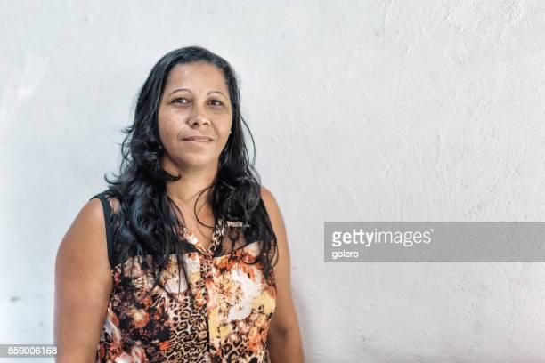 Porträt von Brasilianerin vor weißer Wand