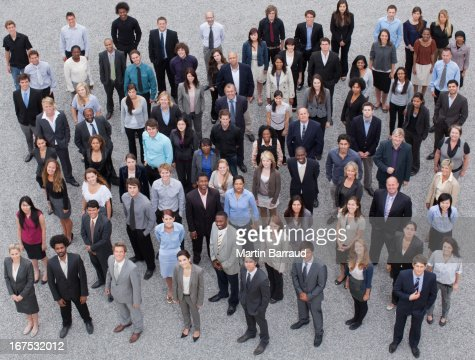 Retrato de los hombres de negocios en multitud