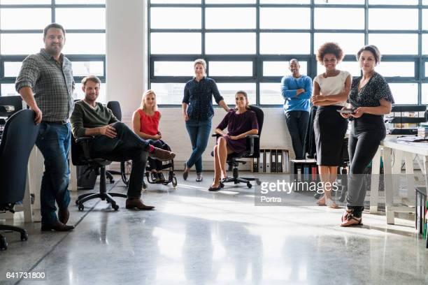 Retrato de equipo de negocios en la oficina creativa