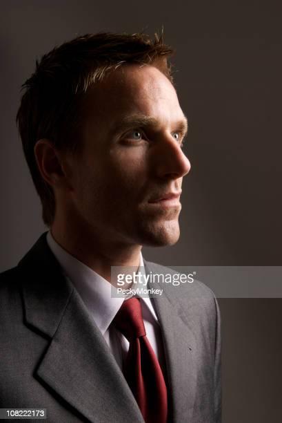 Porträt der Geschäftsmann dunklem Hintergrund