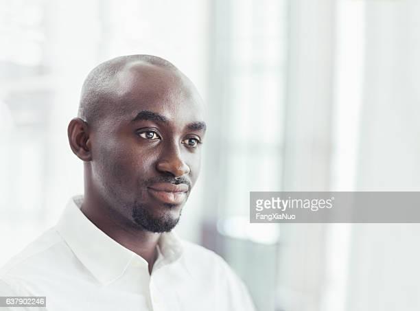 Portrait d'un homme d'affaires dans le bureau