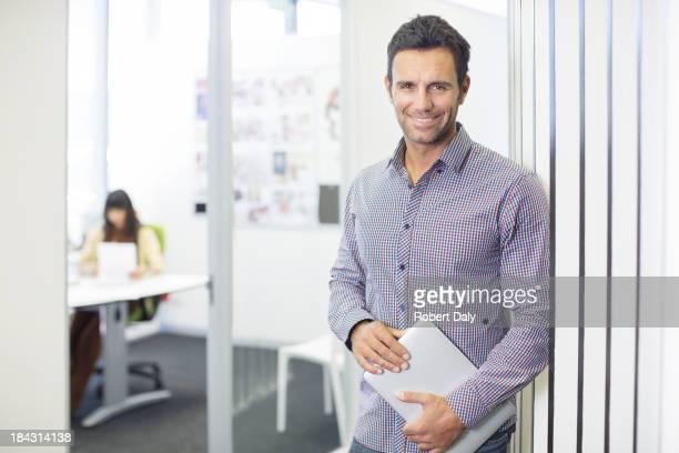 Porträt der Geschäftsmann lächelnd im Büro