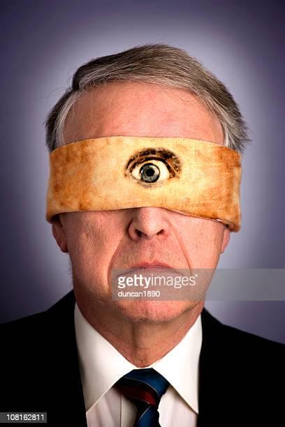 Retrato de um empresário vestindo venda com um olho