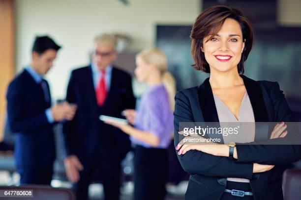 Portrait de femme d'affaires avec son équipe