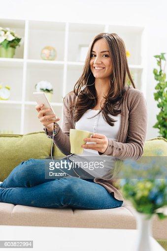 Porträt fröhlich Frau trinkt Kaffee und Musik hören