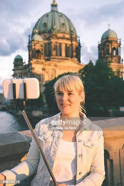 Porträt fröhlich Frau In Berlin, Berlin Cathedral auf den Hintergrund