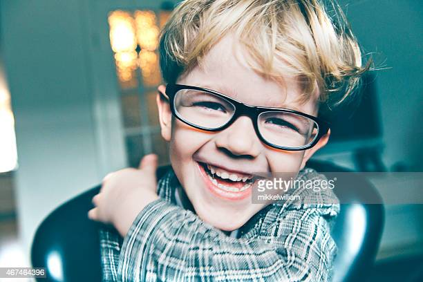 Portrait d'enfant avec des lunettes qui sourire et rire