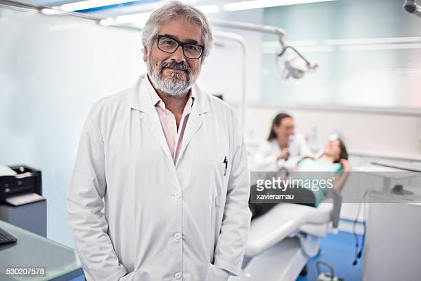 Retrato de confiança dentista em sua cirurgia de Dentista