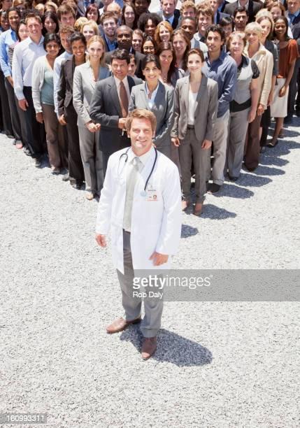 ポートレートの自信に満ちた医師、ビジネスの人々が背景